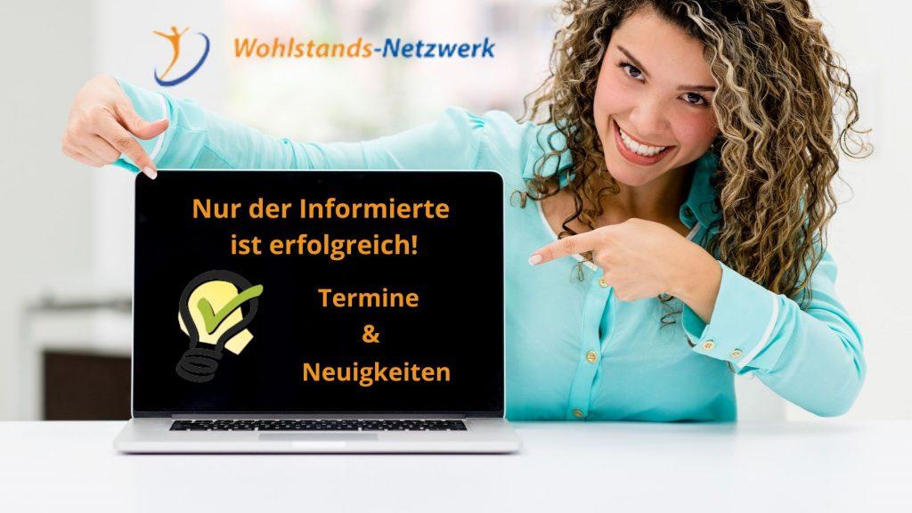 Frau zeigt auf Laptop mit Infos